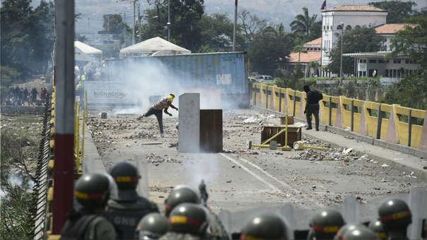 Violencia en la frontera de Colombia con Venezuela por el ingreso de la ayuda humanitaria. | Fuente: AFP | Fotógrafo: FEDERICO PARRA