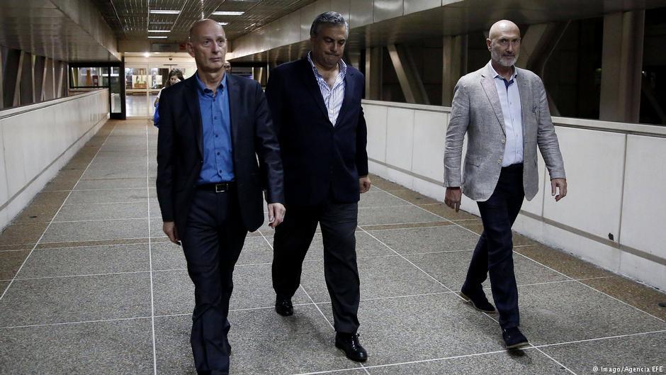 Los embajadores en Venezuela de España, Jesús Silva (centro) y de los Países Bajos, Norbert Braakuis (izquierda), abandonan el Aeropuerto Internacional Simón Bolívar, donde esperaban la delegación de los eurodiputados (17.02.2019)